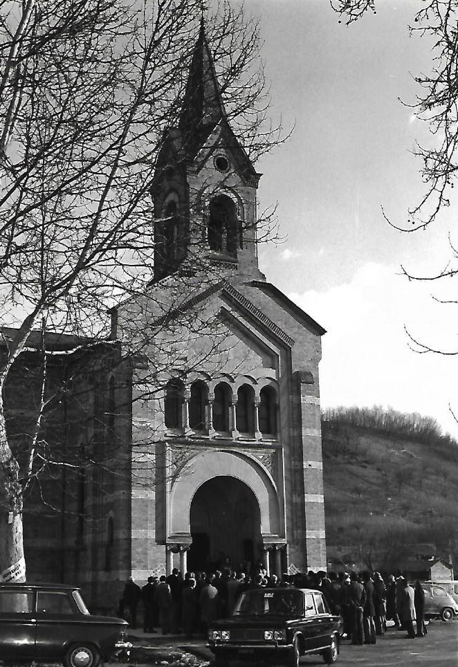 La borgata si riunisce per la festa di san Michele davanti alla chiesa di san Michele in frazione Reala a Corneliano d'Alba