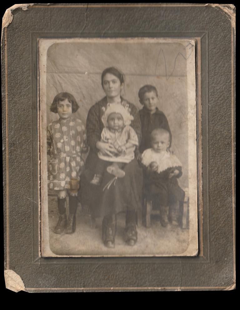 La signora seduta è la madre di famiglia in Valle Sanche nel Roero ai primi del Novecento.