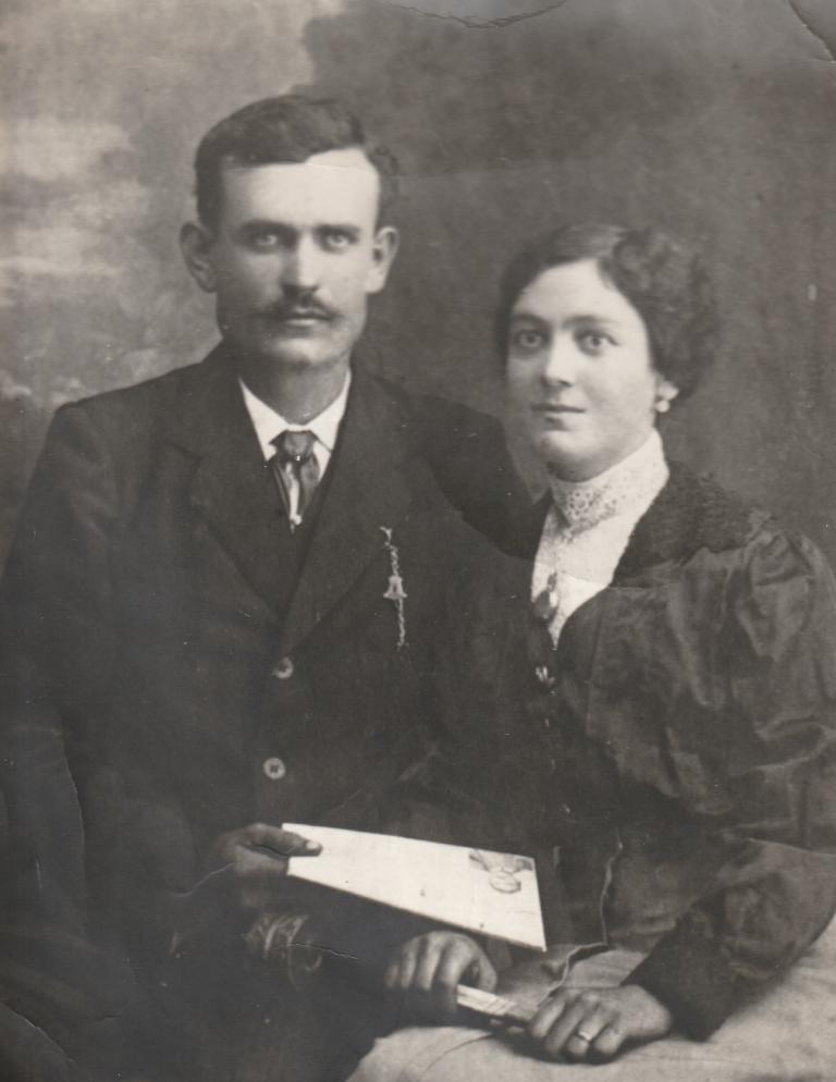 Una coppia di sposi vissuta nel Novecento in frazione Sanche a Vezza d'Alba.