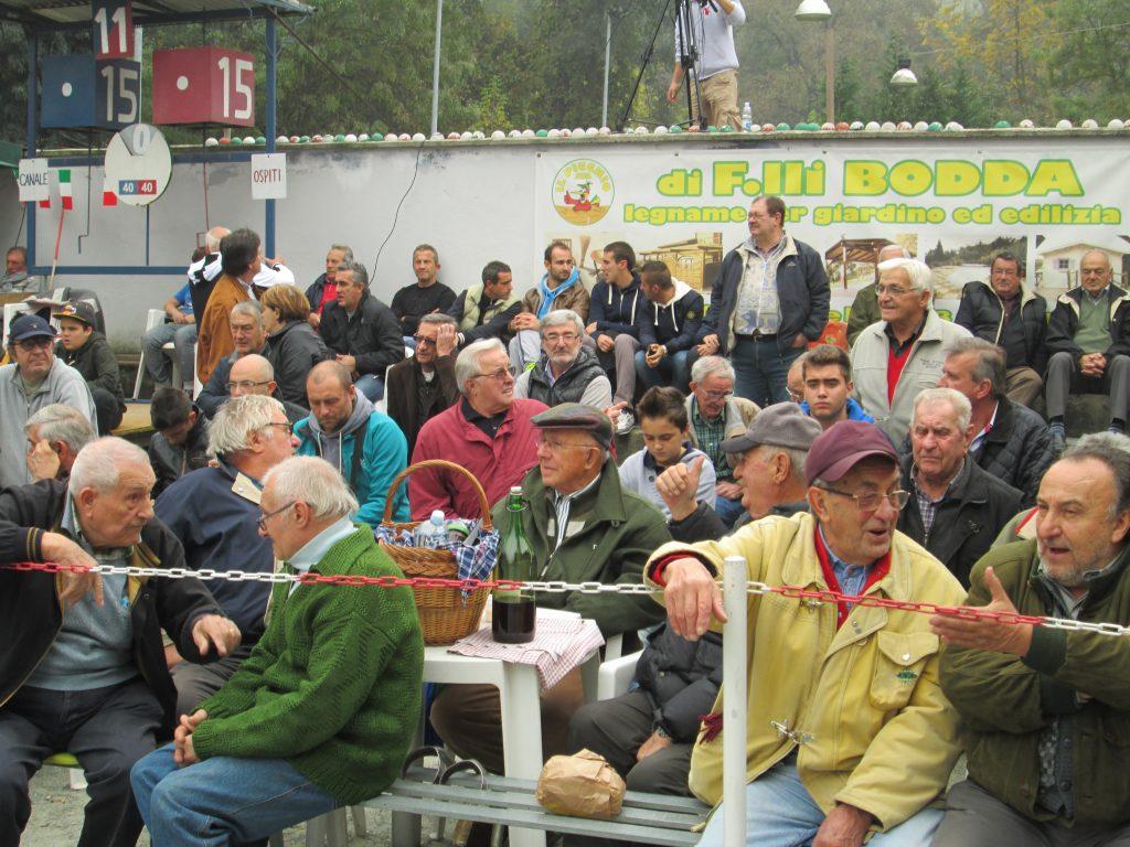 Pubblico nello sferisterio durante le competizioni della pallapugno