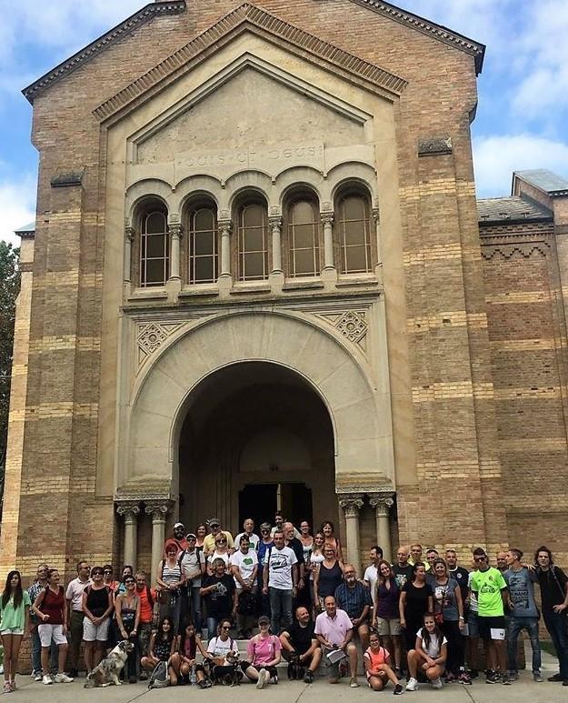 fotografie sul sagrato di San Michele, un gruppo di camminatori in sosta